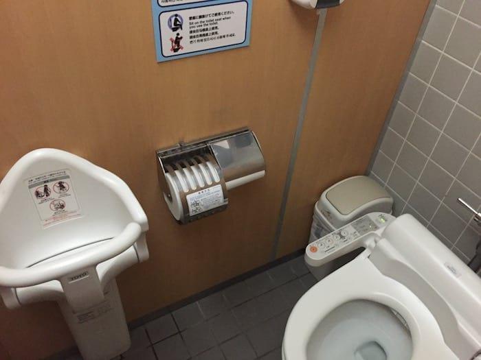 seggiolino per bambini nei bagni in Giappone