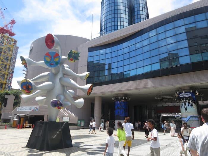 Statua di Taro Okamoto, davanti al Kodomo no shiro